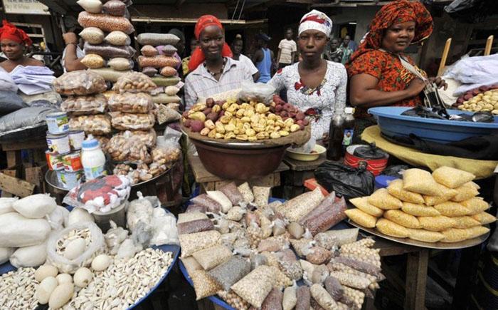 Женщины продают крупы и орехи на улице Абобо.