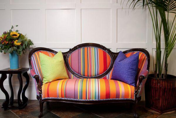 Яркий диван создат особое настроение в гостиной