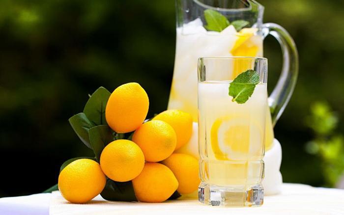 Выдавливать сок лимона