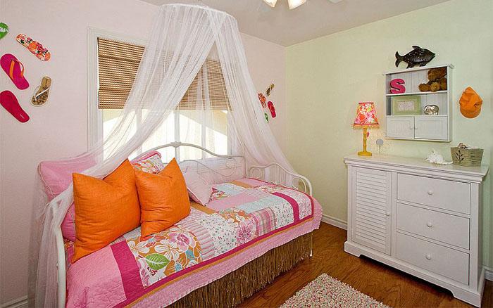 Яркая спальня от Style On a Shoestring