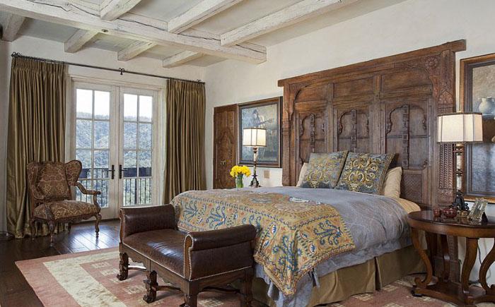 Спальня в средиземноморском стиле с изголовьем из афганского окна