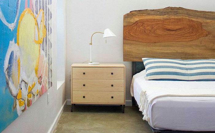 Деревянное изголовье в современной спальне от Sarah Stacey Interior Design