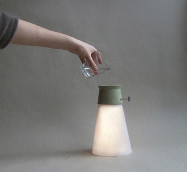 Достаточно залить воду в лампу, и та загорится