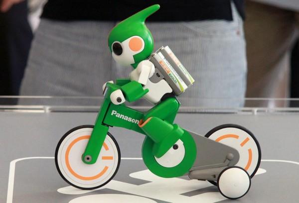 Робот Evolta на мини-велосипеде