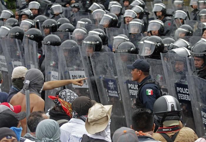 Протесты в Мексике против произвола полиции и пропажи студентов