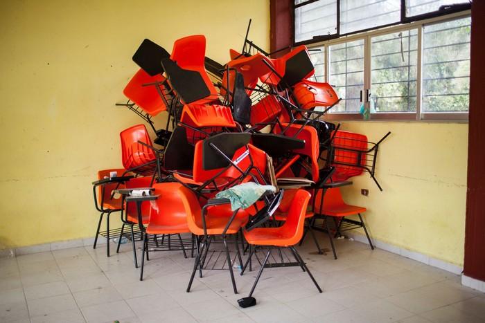 Инсталляция, посвященная пропавшим студентам. 43 пустых стула.