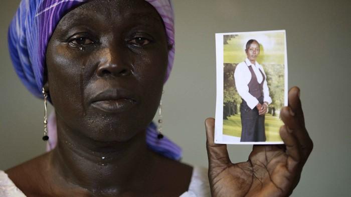 Мать похищенной в Нигерии школьницы с фотографией дочери