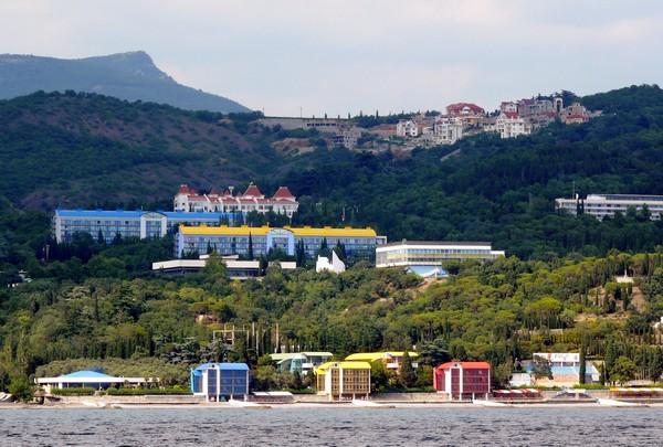 Вид на Артек с моря. Источник фото: seacool.ru