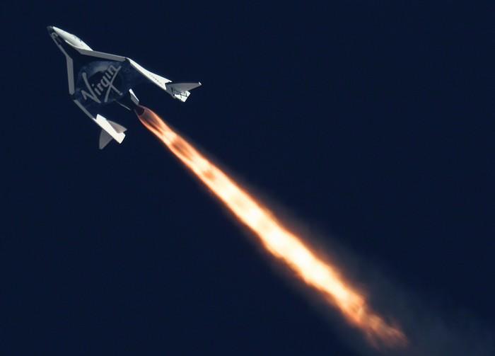 Космический челнок SpaceShipTwo с реактивным двигателем
