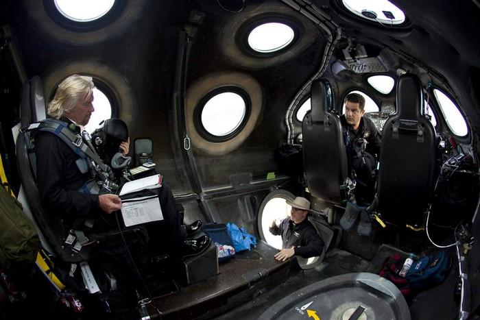 Основатель компании Virgin Galactic Ричард Брэнсон на борту космического челнока SpaceShipTwo