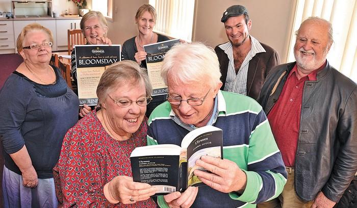 Люди читают книгу Улисс Джеймса Джойса