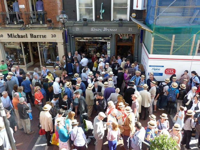 Толаы людей на улицах Дублина в Блумсдэй