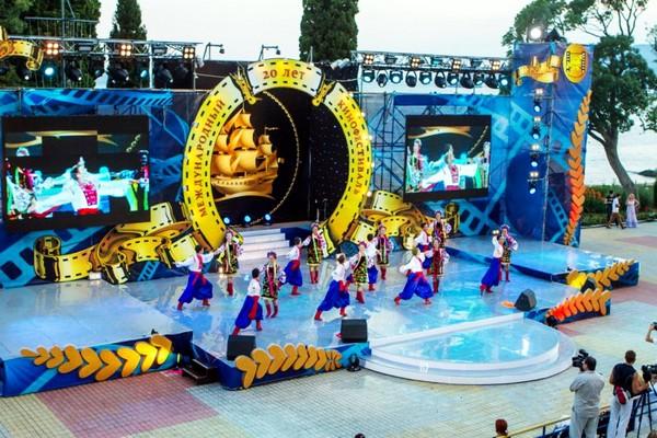 Торжественная церемония открытия кинофестиваля Артек. Источник фото: context.crimea.ua