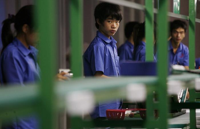 Подростки-рабочие на фабрике в Китае