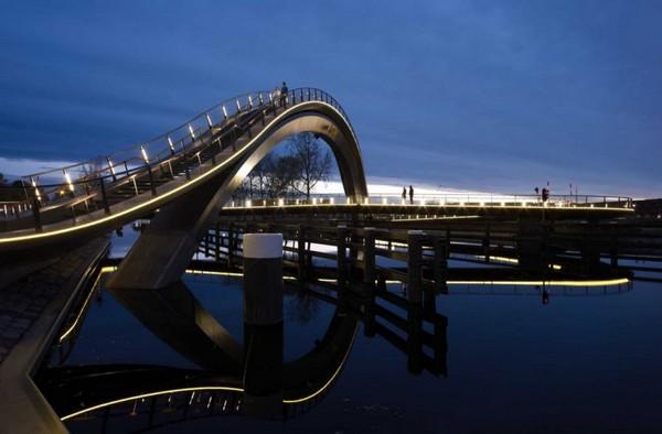 Изогнутый мост Melkwegbridge. Источник фото: laughingsquid.com