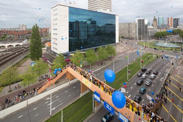 Пешеходный мост Luchtsingel. Источник фото: webclusive.com