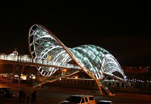 Мост Мира в Тбилиси. Источник фото: loveopium.ru