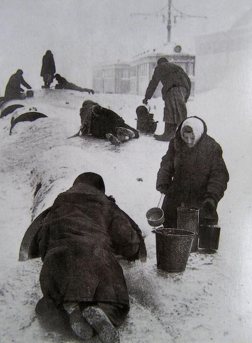 Люди добывают воду в блокадном Ленинграде