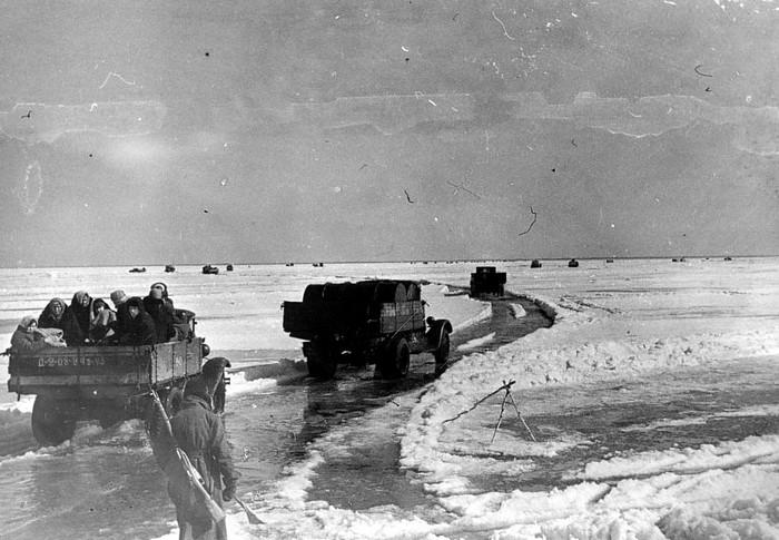 Дорога жизни - дорога по льду Ладожского озера, по которой в блокадный Ленинград поставлялись продукты