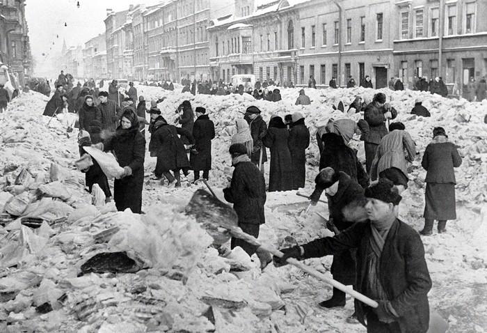 Люди убирают город во время Блокады