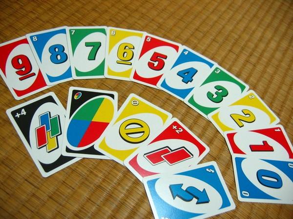 Уно – простейшая карточная игра. Источник фото: Википедия