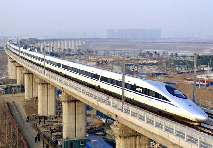 Китайский высокоскоростной пассажирский поезд на маршруте