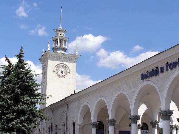 Железнодорожный вокзал в Симферополе. Источник фото: Википедия