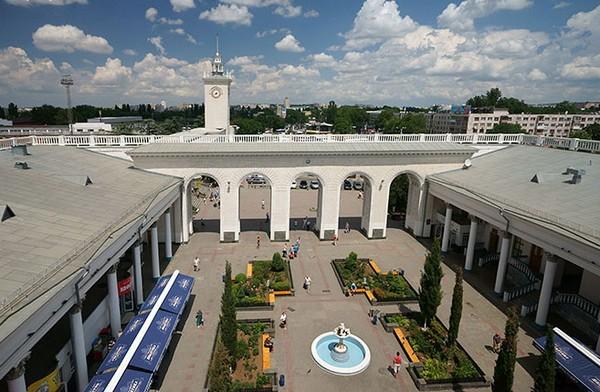 Внутренний дворик на вокзале в Симферополе. Источник фото: www-crimea.com
