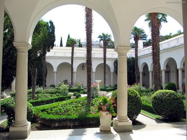 Итальянский дворик в Ливадийском дворце. Источник фото: artem.sataev.com