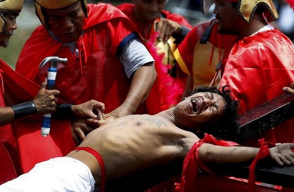 Инсценировка распятия на Филиппинах. Источник фото: supercoolpics.com