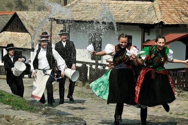 Поливальный понедельник в Венгрии. Источник фото: Associated Press