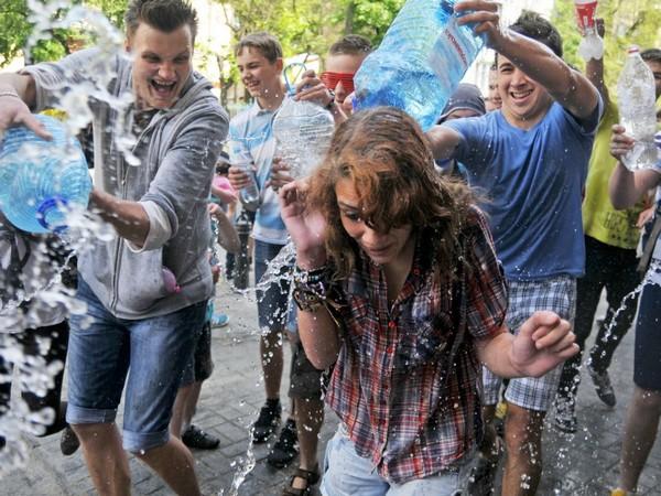 Поливальный понедельник во Львове. Источник фото: ИТАР-ТАСС
