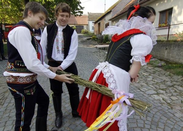Пасхальная традиция помлазка в Чехии. Источник фото: tyden.cz