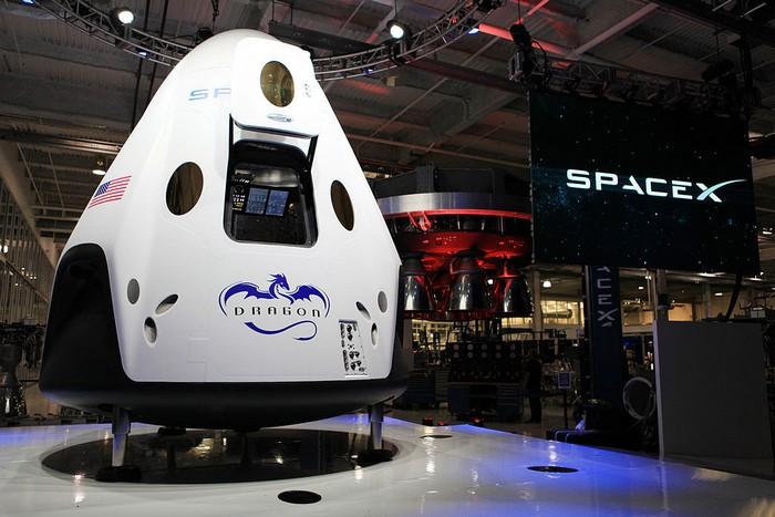 Космический челнок Dragon V2 SpaceX