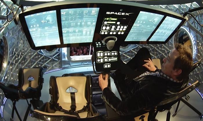 Илон Маск внутри космического челнока Dragon V2 SpaceX