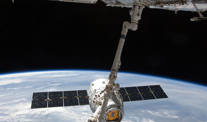 Космический челнок Dragon SpaceX стыкуется с МКС