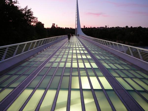 Стеклянная поверхность моста Sundial Bridge