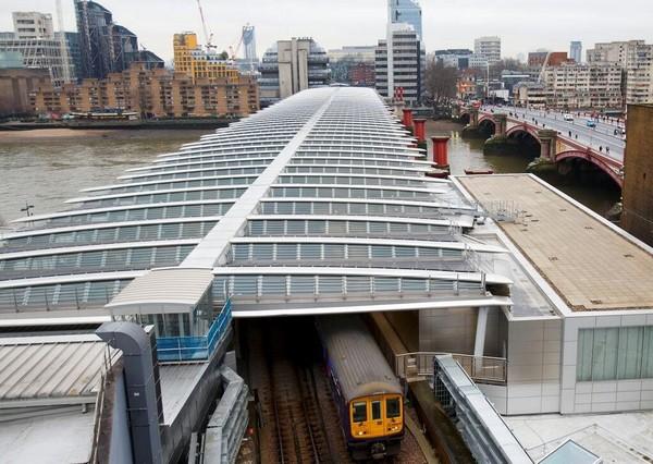 Мост через Темзу, покрытый солнечными панелями