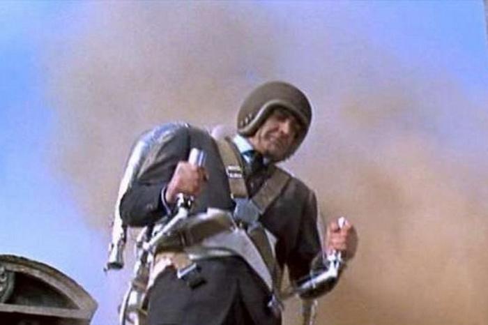 Джеймс Бонд пользуется реактивным ранцем. Шаровая молния