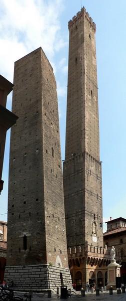 Качающиеся башни. Болонья. Италия
