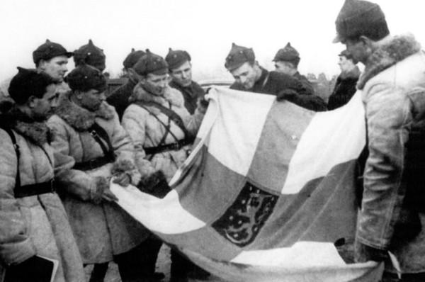 Советские солдаты и трофейный флаг. Источник фото: art.ioso.ru