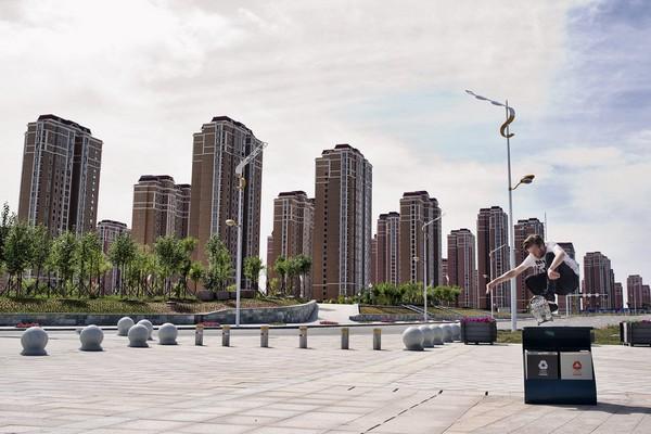 Скейтер на улицах города-призрака Кангбаши. Источник фото: casualsociety.co.za