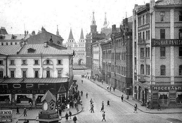 Второй дом справа - гостиница Лоскутная. Источник фото: Википедия