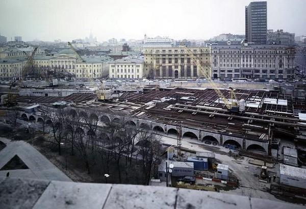Строительство подземного комплекса Охотный ряд. Источник фото: oldmos.ru