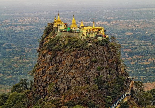 Монастырь Таунг Калат в Мьянме. Источник фото: amazingtouristplaces.com