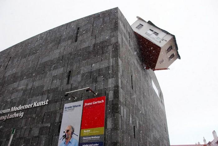 House Attack – здание, на которое приземлился другой дом