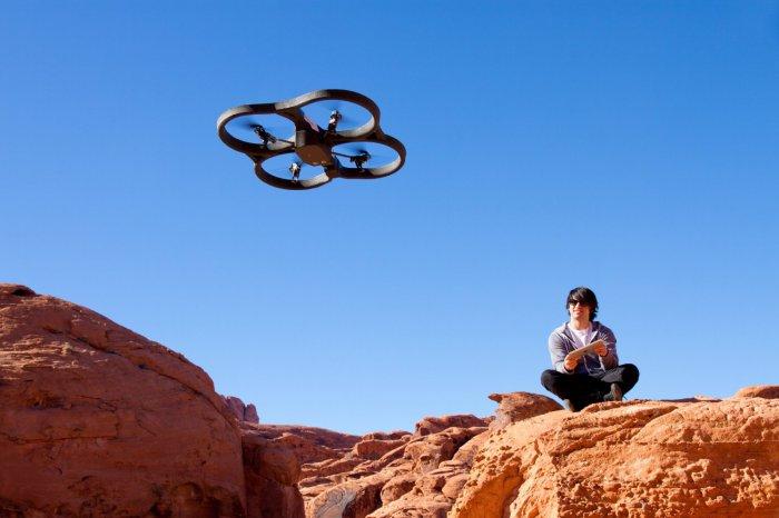 Квадрокоптер Parrot AR.Drone 2.0 в полете