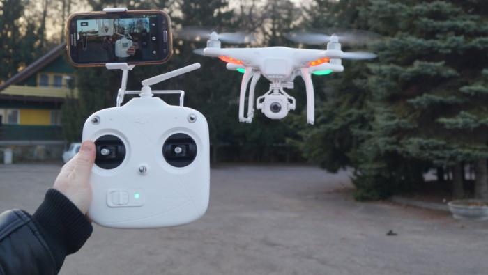 Квадрокоптер DJI Pahantom, пульт к нему и присоединенный к пульту смартфон