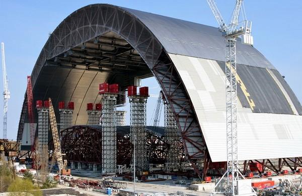 Половина арки нового объекта Укрытие на Чернобыльской АЭС