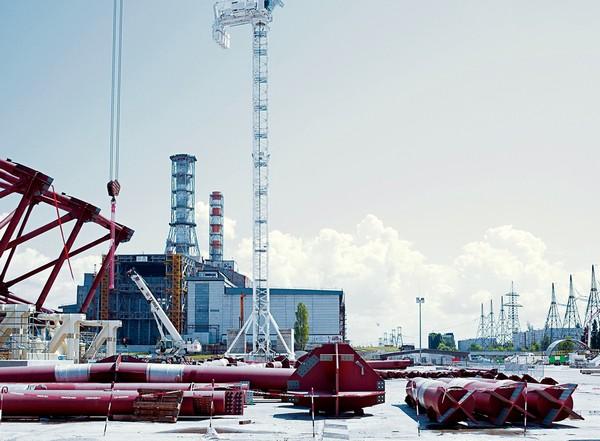 Строительные работы нового Укрытия Чернобыльской АЭС на фоне старого саркофага